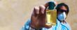 Leinwandbild Motiv flacon hydroalcoolique dans main