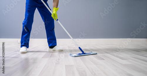 Fotografia Worker Mopping Floor