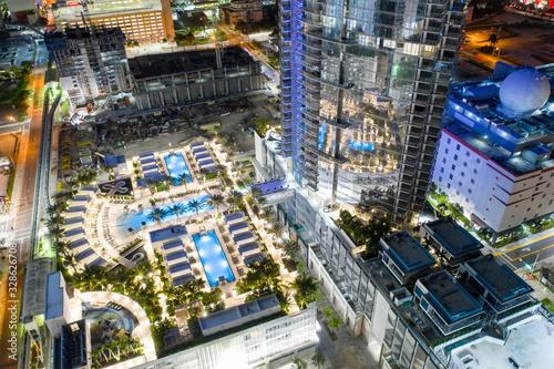 Cuadros en Lienzo Paramount Tower Miami pool deck at night