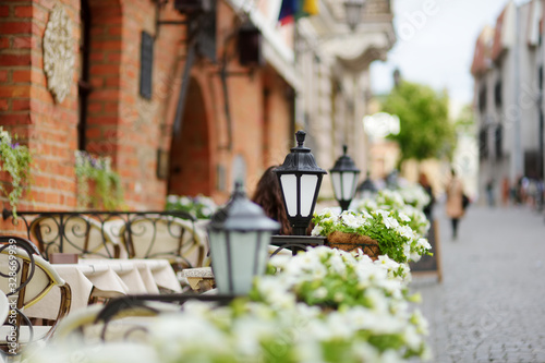 Photo Outdoor restaurant table decorated with plants and flowers in Vilnius, Lithuania, on nice summer day
