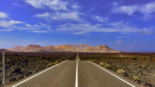 Obraz La impresionante carretera de Yaiza a Timanfaya - fototapety do salonu