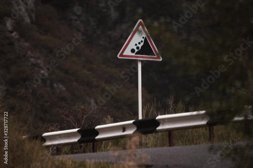 Obraz na plátně Sign warning that rockfall