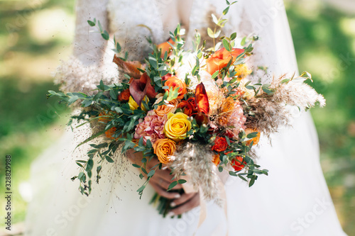 Fotomural Bride holding big wedding bouquet. Autumnal flowers bouquet
