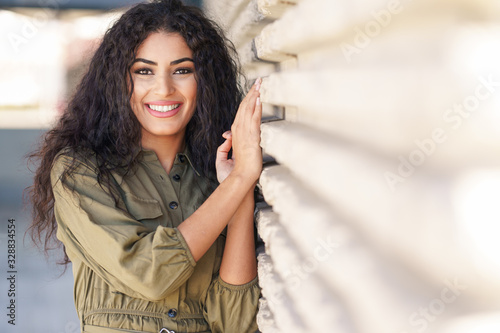 Fotografia Young Arab Woman with curly hair outdoors