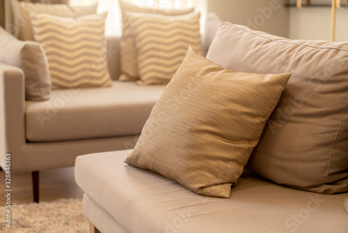 Fotografia soft cozy beige color pillows on modern sofa with wallpaper wall cover backgroun