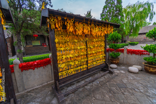 Yellow wooden slats for offerings and wishes Canvas-taulu