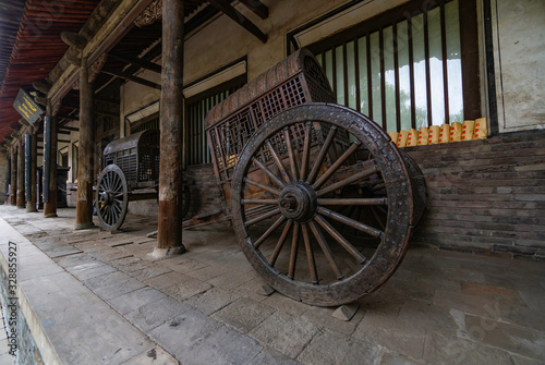 Photo Old carriage or wooden cart to transport the Chinese nobility and aristocracy