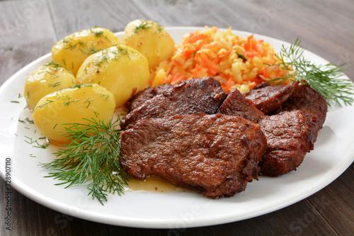 Photo mięso wieprzowe duszone z ziemniakami i surówką