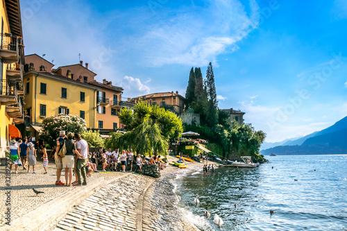 Photo Lago di Como, vista del lago e del grazioso paesino sulla riva