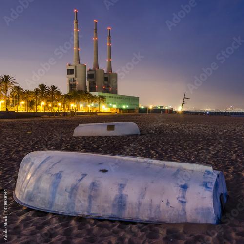 Photo Paisaje urbano de las chimeneas de la central térmica de Sant Adria del Besos en
