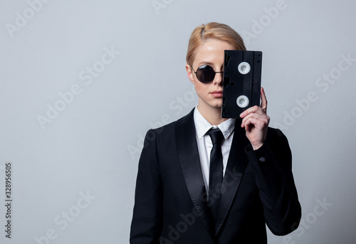 Foto businesswoman in sunglasses with video tape