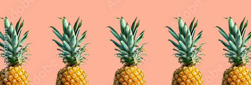 Photo Many pineapples on a solid color background
