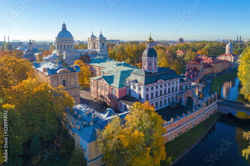 Photo Alexander Nevsky Lavra in the golden autumn (aerial photography)