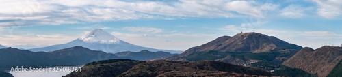 Fototapeta 日本の有名な観光地でもある富士山のパノラマ風景。