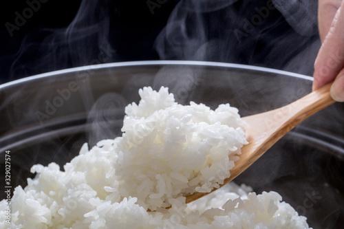 Photo 湯気の立つ炊き立ての御飯