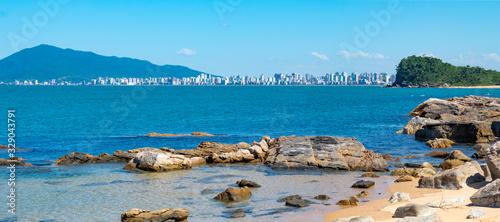 Prédios de Itapema observado da praia do Plaza rochas e  o mar azul Canvas-taulu
