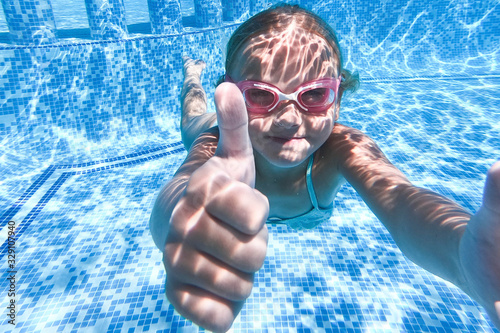 Obraz Pretty little girl in swimming pool , summer vacations. - fototapety do salonu