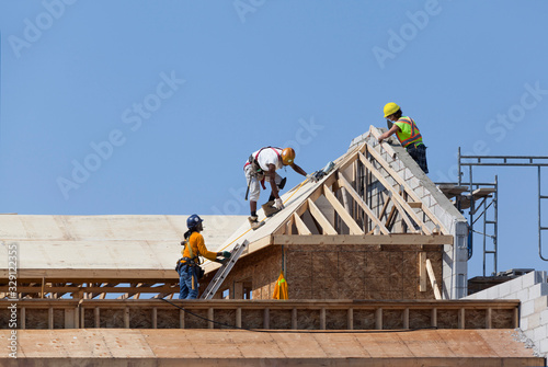 Obraz Workers are working on the roof at construction - fototapety do salonu