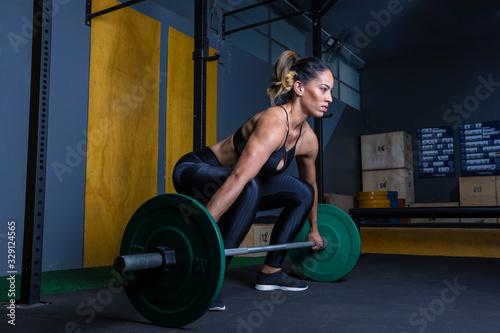 mulher preparada para levantar peso na academia estilo Cross Wallpaper Mural