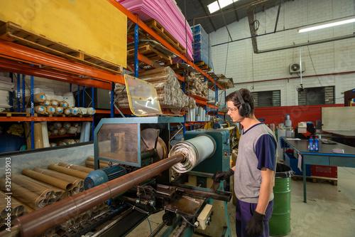 funcionário na Indústria de embalagens retornáveis de Polietileno Expandido Wallpaper Mural