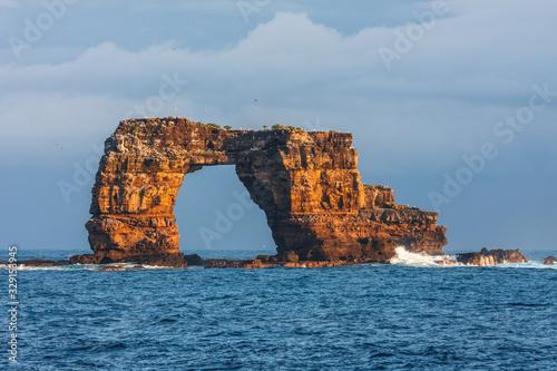 Fotografija Famous Darwin's Arch in Galapagos in Ecuador