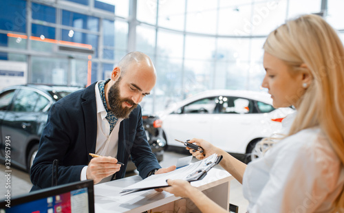 Fotomural Man signs a contract in car dealership