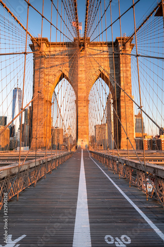 Fototapeta New York   sciezka-dla-pieszych-nad-mostem-laczaca-manhattan-nowy-jork