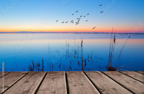 anochecer en el lago junto al embarcadero Canvas Print