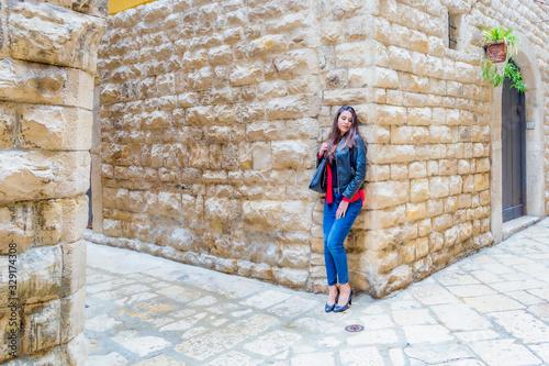 Photo Ragazza italiana ci accompagna nel centro storico di Bisceglie in Puglia