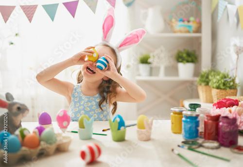 Obraz child painting eggs - fototapety do salonu