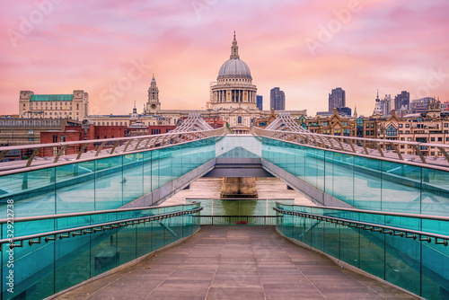 Foto Millenium bridge and St Pauls Cathedral in London, England, UK