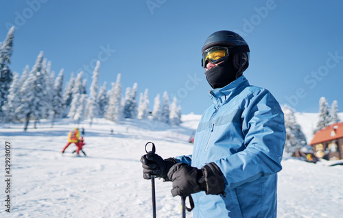 Happy young man skier enjoying sunny weather in snowy mountains Fototapet