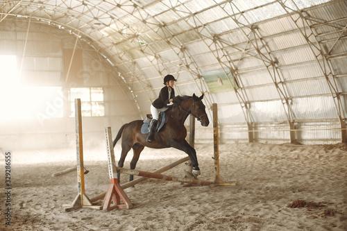 Photo Woman on a horseback. Rider in a black uniform