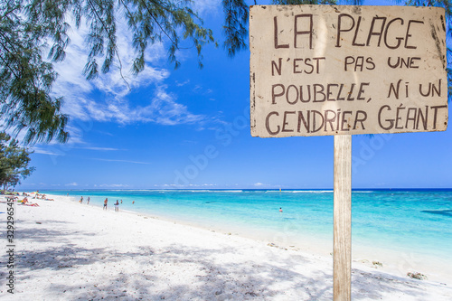 Photo Panneau, la plage n'est pas une poubelle ou un cendrier