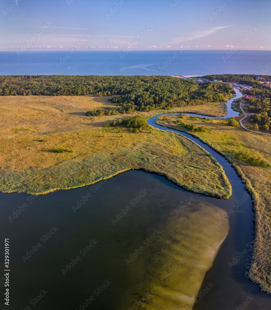 Fototapeta Kanał Regoujście łączący jezioro Resko Przymorskie z Morzem Bałtyckim, widok z lotu ptaka
