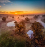 Fototapeta Na ścianę - Wschód słońca na starorzeczu Warty w Rogalinie, widok z lotu ptaka