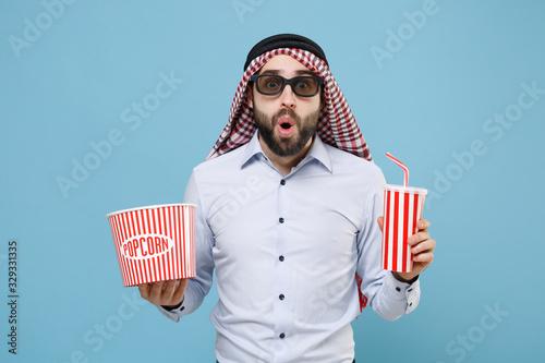 Photo Shocked arabian muslim man in keffiyeh kafiya ring igal agal 3d imax glasses isolated on pastel blue background