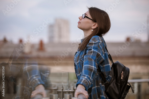 Photo Woman contemplating views on a balcony looking at city scape