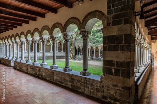 Il chiostro interno dell'Abbazia di Piona sulle rive del Lago di Como Wallpaper Mural