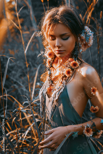Foto close up portrait of young and tender woman on a feild at sunset