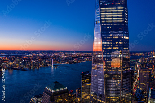 Photo Aerial view of New York city and one world trade center brookfield place at dusk
