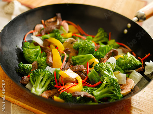 Photo wok with stir fry vegetables