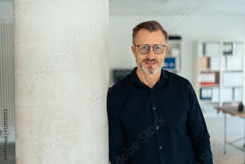 Obraz na plátne Man in glasses and dark shirt indoors, copy space