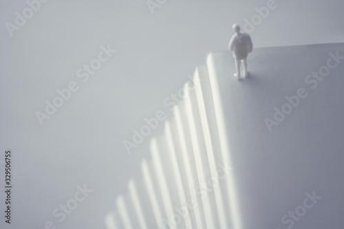 Valokuvatapetti 積み重ねた白い本と人間