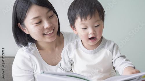 Fotomural 子供 育児 読み聞かせ