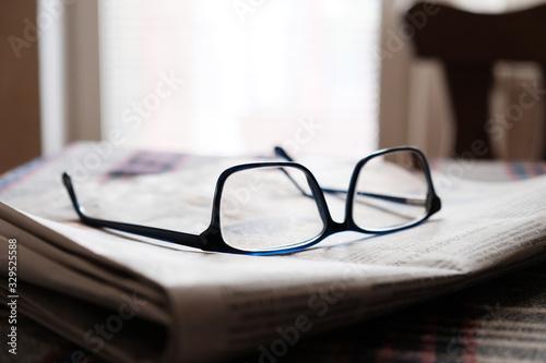 Fotomural glasses on a newspaper