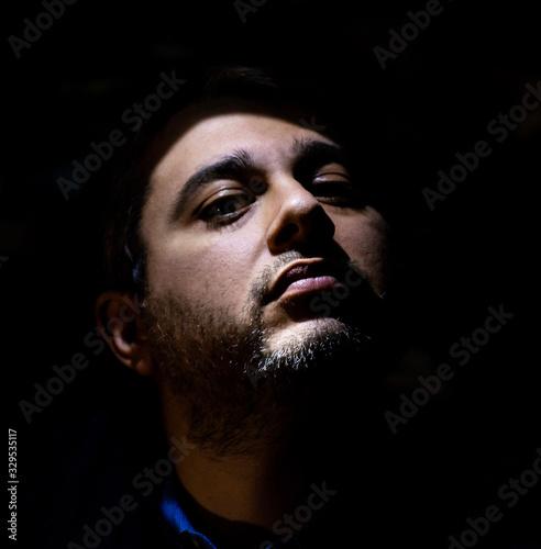 Photo Ragazzo over 30 in posa in una stanza buia