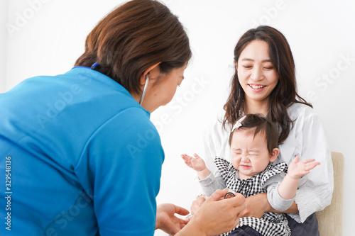 病院で診察を受ける赤ちゃん Canvas Print