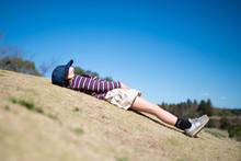 芝生で昼寝をする少女