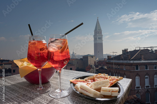 Photo Cocktail, aperitif for two with the view of Venice in the background